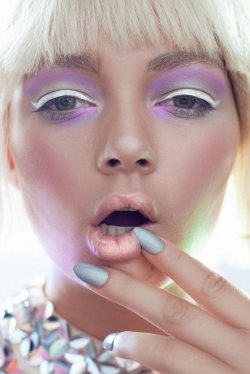 Beauty - The Holographic Nail Trend